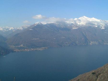 Ausblick über den Lago Maggiore auf Cannobio