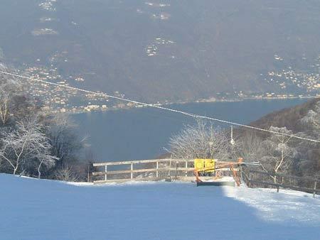 Herrlicher Winter-Ausblick vom Forcora-Pass auf den Lago Maggiore, Schweizer Westküste