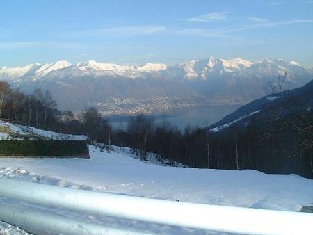 Herrlicher Ausblick über die schneebedeckten Alpen auf die Schweizer Seite des Lago Maggiore