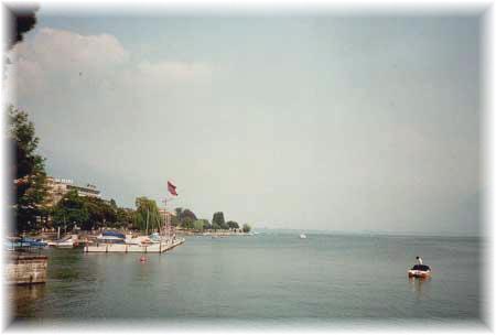 TESSIN, LOCARNO - Hafen Locarno: Morgennebel über dem See. Locarno Tessin