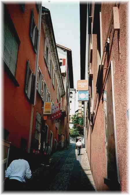 Ein verwinkeltes Gässchen in der Altstadt von Locarno