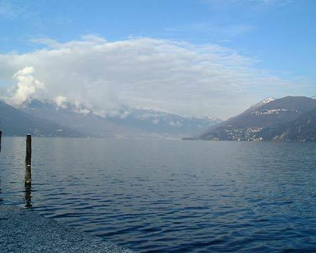Luino: Ausblick auf den See von der Uferpromenade aus