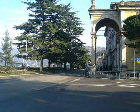 Luino: Die Uferstrasse von Luino ist eine Fahrt wert - unterwegs gibt es viele schöne Aussichtspunkte und Sehenswürdigkeiten