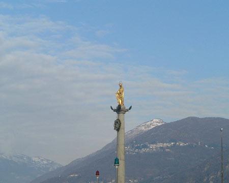 Luino: Die Jungfrau Maria bewacht die Hafeneinfahrt