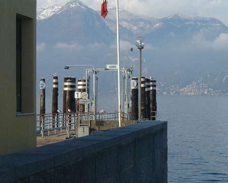 Luino: Bootsanlegestelle am Hafen von Luino