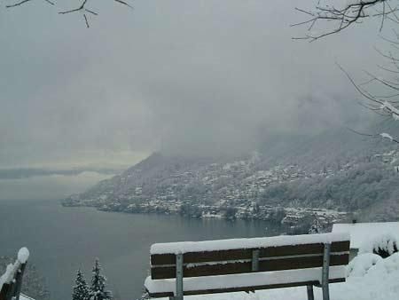 Weg mit Ausblick auf den See und die winterliche Landschaft