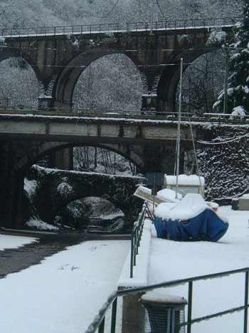 Die Brücke in Zenna schneebedeckt - führt den Fluss zum See